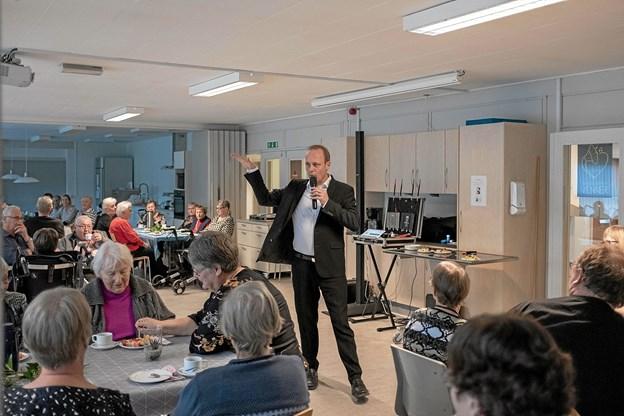 Der var fuldt hus på Vendelbocentret, da Bo Young forleden sang egne og hans fars, Jodle Birge, populære sange. Foto: Niels Helver