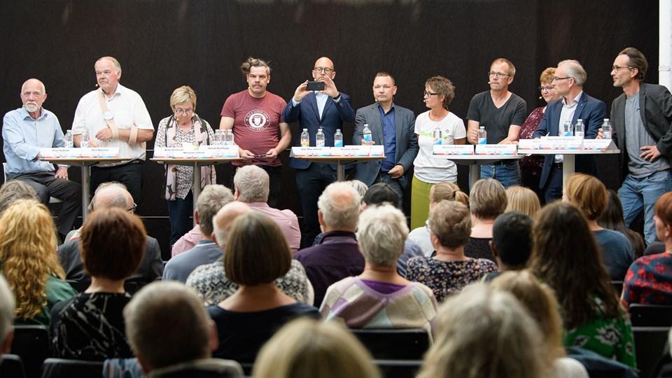 Masser af politikere på podiet. Foto: Peter Broen