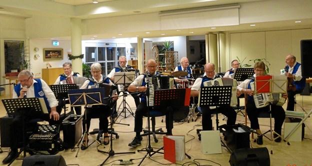 Harmonikaspillerne fra Løgstør Harmonikaklub spillede op og skabte en fantastisk stemning. Privatfoto