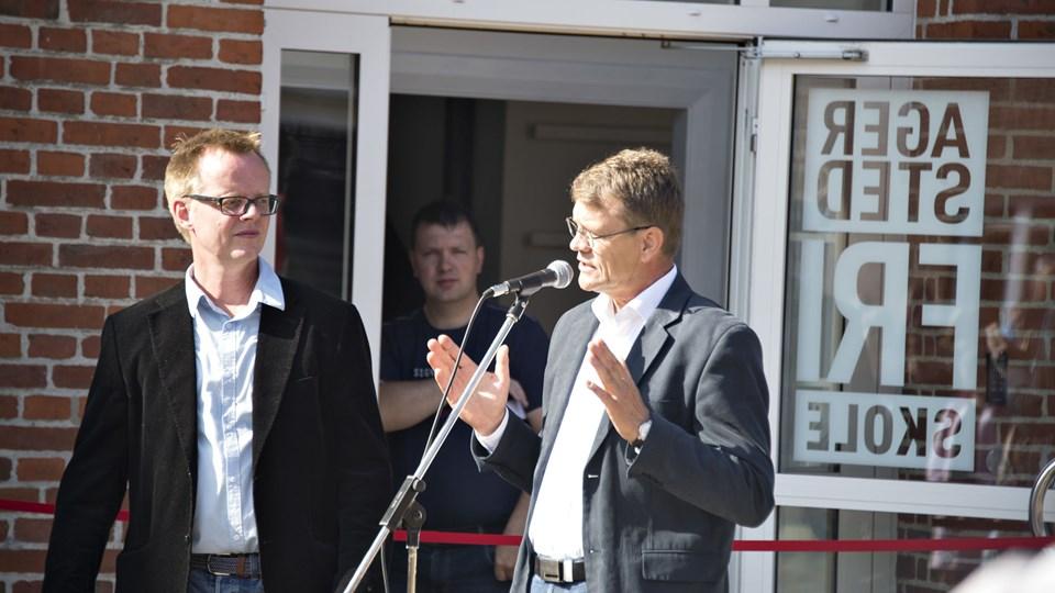 Flankeret af friskoleformand Jakob Hassingboe, antydede borgmester Mikael Klitgaard (V) ved åbningen af Agersted Friskole, at lukningen af to skoler kunne være undgået. Arkivfoto: Kurt Bering