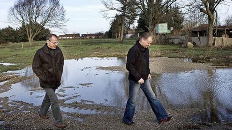 Endnu ligner det anlægget til en sø, men 1. april skulle området ved Løkkenvej gerne være klar til bebyggelse. Henrik C. Pedersen og Michael Larsen har investeret flere millioner kroner i projektet, uden de dog ønsker at sætte nøjagtigt tal på.FOTO Lars Pauli