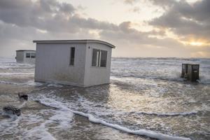 Se billederne: Badehusene i Blokhus rev sig løs i blæsten