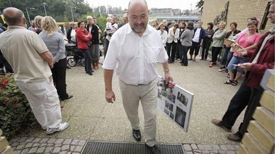 Borgmester H.C. Maarup fik pædagogernes budskab i glas og ramme. FOTO: Jesper VolDgaard