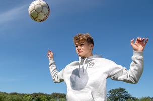 15-årige Victor får tre-årig kontrakt med FC Midtjylland: - Jeg har kæmpet for det, siden jeg var lille
