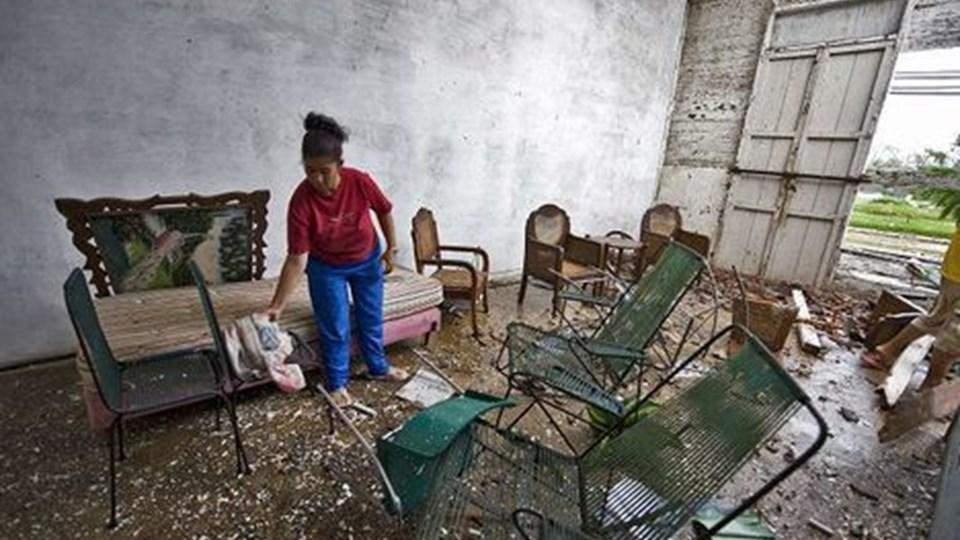 Gustav ramte i går Cuba med over 200 km i timen med masser af ødelæggelser til følge. som hos denne cubanske kvinde i Los Palacios 100 km vest for hovedstaden Havanna. Området blev det mest hærgede, da orkanen fejede ind over den caribiske ø. Foto: AFP