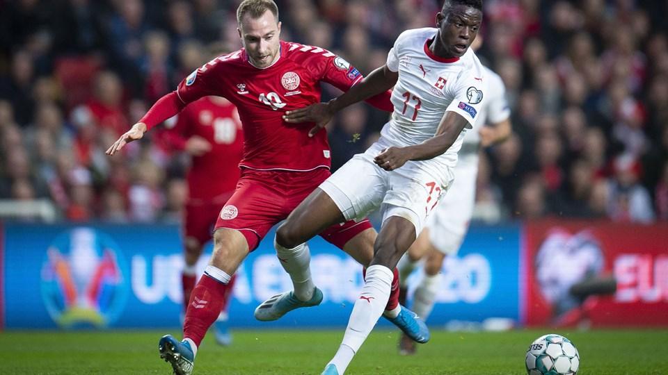 Hverken Christian Eriksen (tv.) eller andre af de danske offensivspillere ramte niveauet mod Schweiz, men en sen dansk scoring sikrede en vital 1-0-sejr.