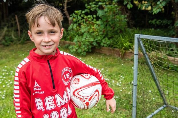 8-årige Benjamin følte sig udenfor: Der var ikke råd til, at han kunne gå til fodbold