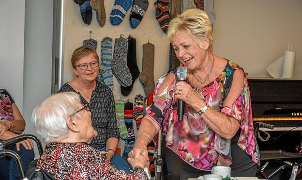 Hilda Heick synger her for giveren af onsdagens flotte kaffebord og underholdning, Marie Andersen. Foto: Mogens Lynge