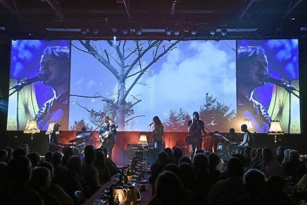 Jonah Blacksmiths koncert skiftede mellem deres flotte film på bagtæppet og gruppen der stemte i, med et imponerende lydtæppe. Foto: Ole Iversen