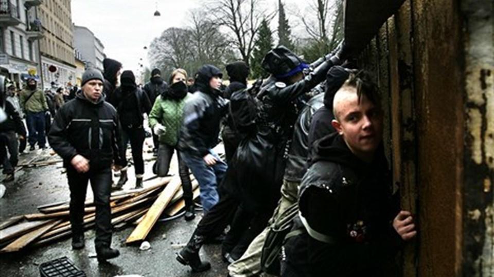 Politi og demonstranter på Nørrebrogade torsdag den 1. marts under rydningen af ungdomshuset. Foto: Scanpix.