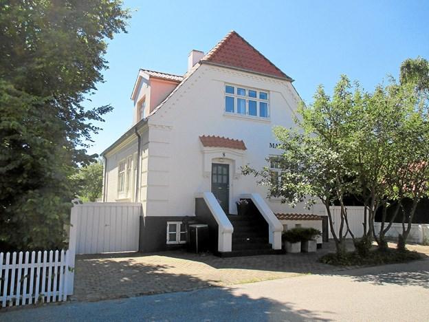Fisker Martin Knudsens hus på Søndervej var oprindelig et rødstenshus. Det har i nyere tid skiftet kulør flere gange, og er i dag malet hvidt.