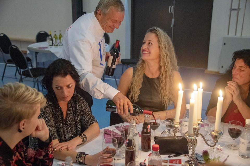 Kasserer i Kræftens Bekæmpelse Hjørring,  Helmuth Zickert, serverede sammen med andre frivillige for aftenens gæster. Foto: Kurt Beri
