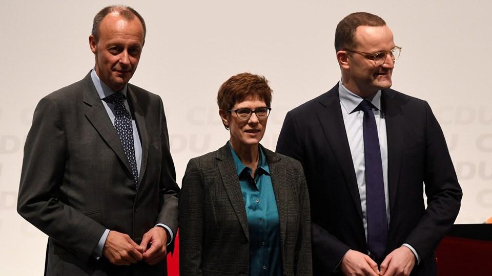 De tre topkandidater til Angela Merkels post som partileder for CDU - fra venstre Friedrich Merz, Annegret Kramp-Karrenbauer og Jens Spahn - rejser Tyskland rundt til en række debatter i disse uger. Her et gruppefoto fra den første debat i Lübeck i sidste uge.