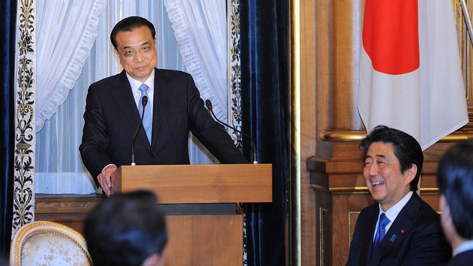 Tilnærmelsen mellem Nord -og Sydkorea har ført til intens mødevirksomhed i hele regionen. Den japanske premierminister, Shinzo Abe, lytter her til en tale fra den besøgende kinesiske premierminister, Li Keqiang. Foto: Reuters/Pool