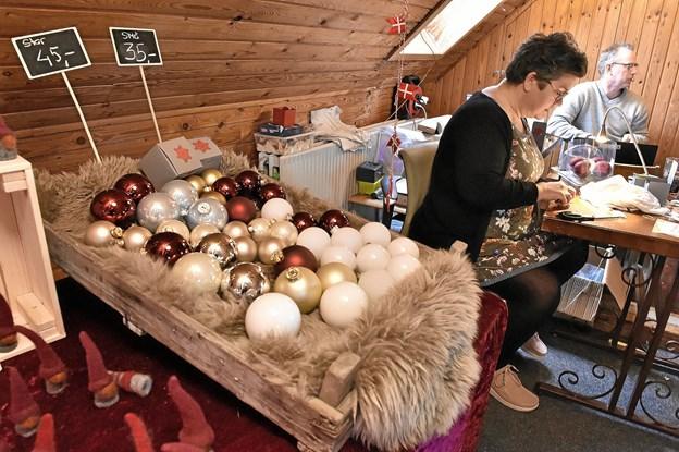 """Hjemmelavede personlige glas-julekugler er et hit hos """"Thy-nålen"""" Foto: Ole Iversen Ole Iversen"""