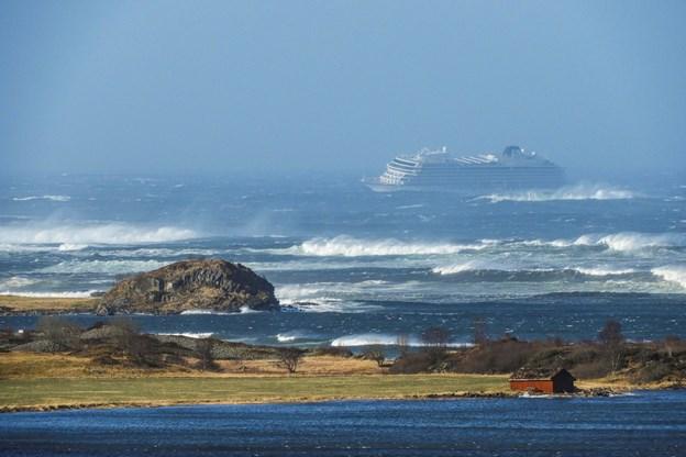 Krydstogtskib slæbes mod havn: Pause i evakuering