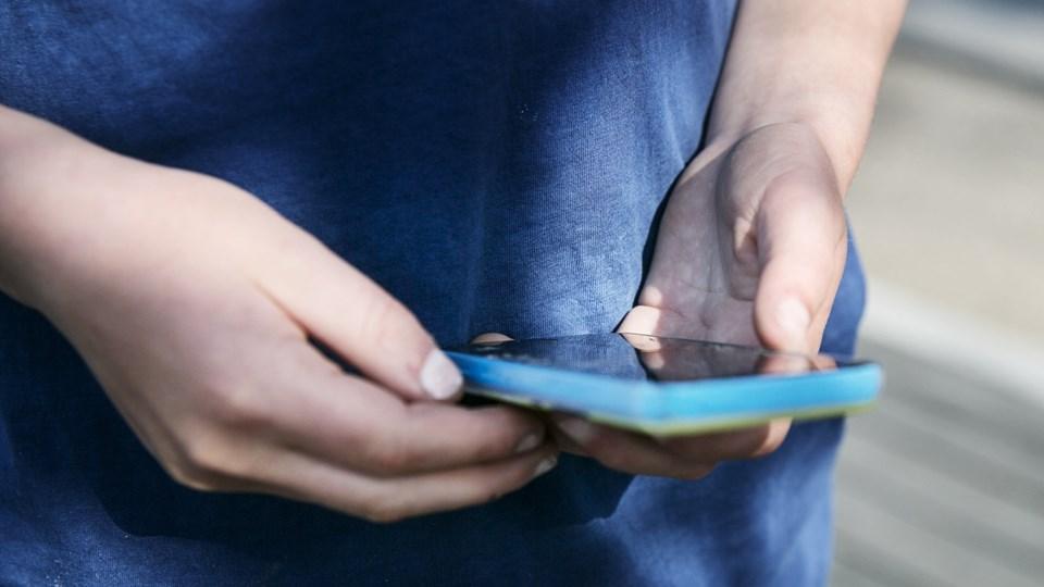 Selv en gammel svend af en mobil kan få nyt liv, hvis du rydder op i den. Slet for eksempel applikationer og dubletter af billeder. Arkivfoto: Kasper Palsnov, Ritzau Scanpix