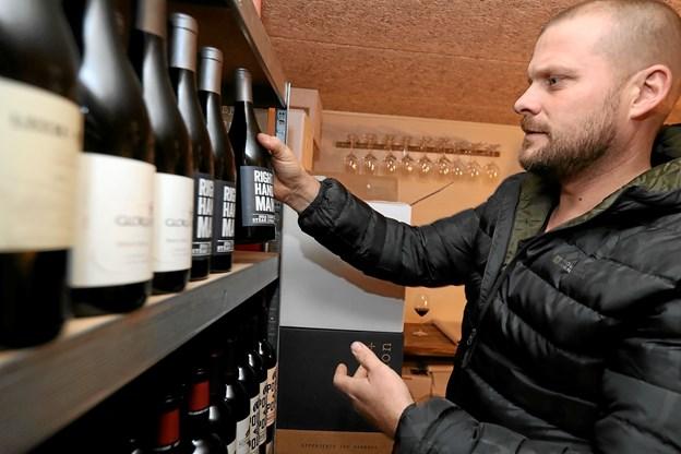 René Kortegaard-Jensen er i fuld gang med at fylde varer på hylderne i butikken, der åbner på lørdag. Foto: Allan Mortensen Allan Mortensen