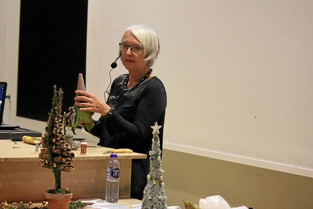Lene Schou Pedersen fra Aabyhøj fortalte og viste hvordan man dekorerer. Foto: Flemming Dahl Jensen