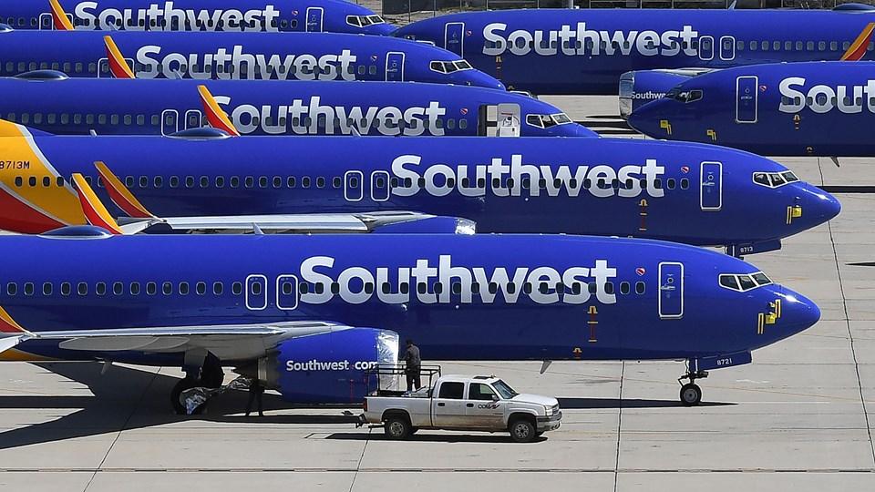 Det amerikanske flyselskab Southwest Airlines har taget to Boeing-fly af typen 737 NG ud af drift, efter at have fundet tegn på revner i flyene.