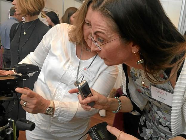 Marianne Lane (tv) og Solveig Maria Radut tjekker udstyr inden Solveigs foredrag skal optages. Foto: Radio NORDJYSKE