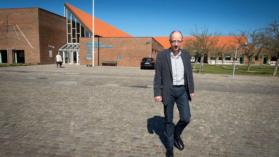 Bag rektor for Morsø Gymnasium, Kurt Sonne, ses indgangspartiet, som det ser ud i dag. Arkivfoto