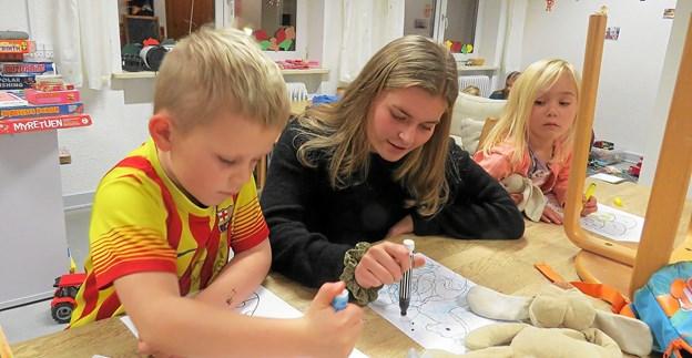 Og Maja inspirerer til tegninger. Foto: Kirsten Olsen Kirsten Olsen