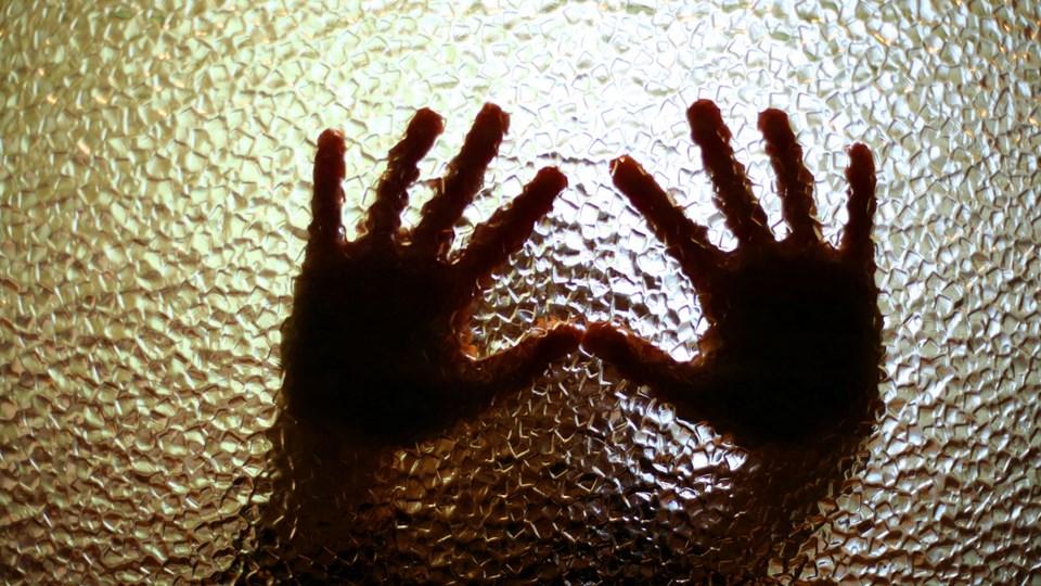 Mindst 20 gange blev en fireårig dreng udsat for voldtægt fra sin egen mor, mener anklagemyndigheden. Kvinden handlede angiveligt efter instruks fra en mand på chatten. Foto: Free/Colourbox