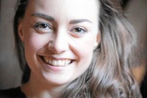 Debuterede på de skrå brædder i Aars: Nu har 24-årige Monica en Reumert og flere hovedroller i kalenderen