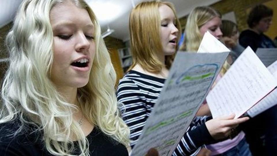 Noder i massevis blev gennemgået og øvet igen og igen, da cirka 20 unge sangere var samlet i Aaby Sognegaard lørdag. De forberedte sig på at skulle synge i kirken i dag samt i sognegården, som fejrer 25 års jubilæum. Forrest er det Rikke Nielsen og Nynne Fredborg. Foto: Lars Pauli