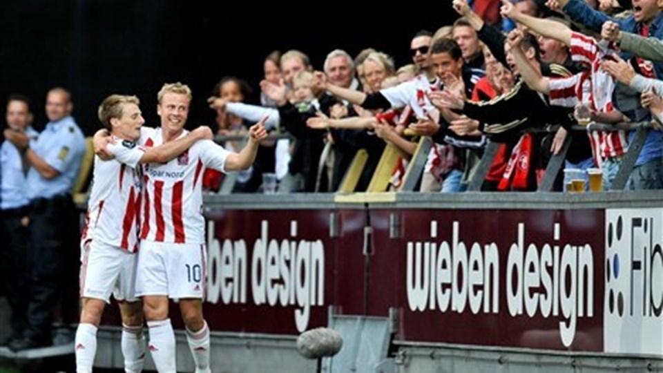 Chris Rolfe og Jeppe Curth fejrer Rolfes scoring til 2-0 mod OB. Et mål der kom efter netop Curths forarbejde. Foto: Claus Søndberg