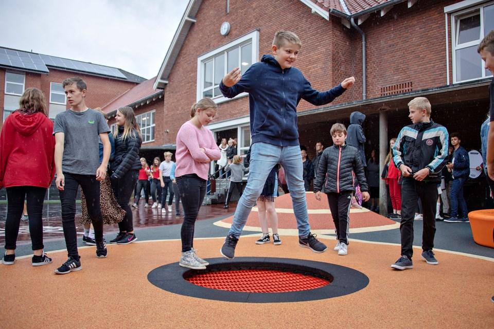 Den ny skolegård rummer blandt andet et hjørne med trampoliner.