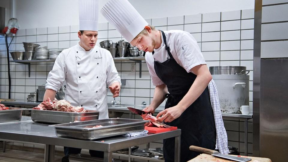 Kokkeelev Erik Jeppesen (th.) synes. det er fedt, at han nu kan tage hele kokkeuddannelsen i sin hjemby.