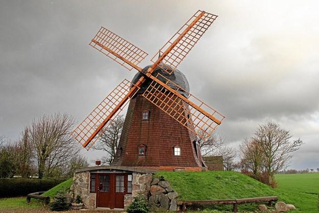 Den smukke mølle i Lyngs som er blevet endnu smukkere siden den i sommer fik spritnye vinger. Foto: Hans B. Henriksen Hans B. Henriksen