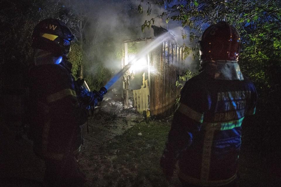 Brandfolkene var hurtigt til stede, men bygningen, der var af træ, kunne dog ikke reddes.Foto: Peter Mørk