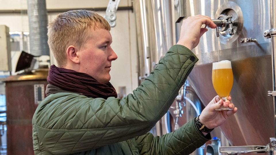 Fredrik Hector Schmidt, indehaver af Bad Seed Brewing i Gudumholm, kan endelig brygge sit eget øl. Opstarten har kostet måneders slåskamp med advokater. Foto: Kim Dahl Hansen