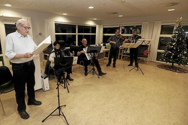 Spillemændene akkompagnerede med velklingende toner. Foto: Allan Mortensen Allan Mortensen