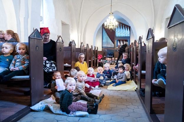 Børnene sad overalt på bænke og på gulvet. Og det er OK til en dagplejejul.Foto: Torben Hansen Torben Hansen