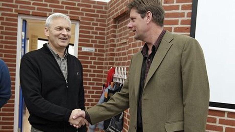 Kommunens skolechef Michael Stilling (th) byder Carl Bech velkommen som leder på Thorup-Klim Skole. FOTO: ERIK SAHL