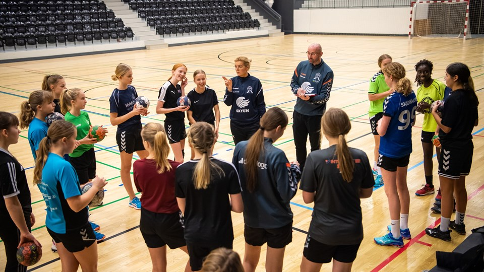 Michael Søndergaard i gang med træning af U14-pigerne fra Thy Håndbold. Foto: Diana Holm
