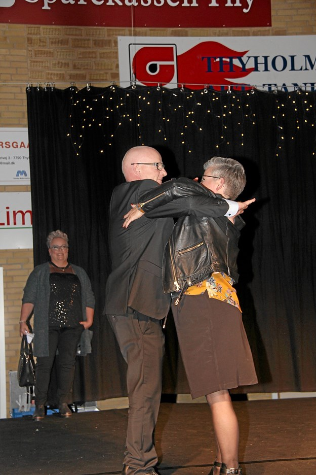 Konferencier Jens Sund fik sig en svingom på scenen med mannequinen Bodil Nørgaard. Foto: Hans B. Henriksen Hans B. Henriksen