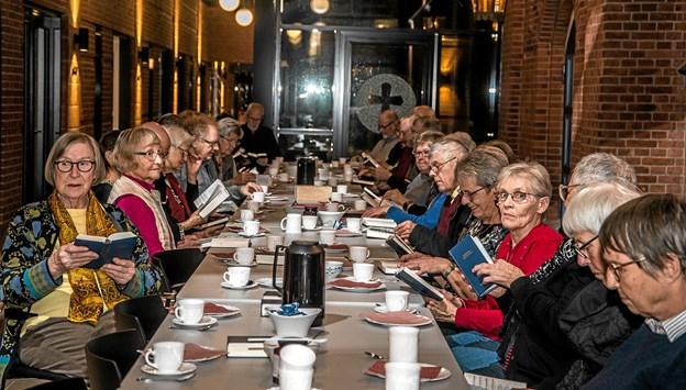 Der var dækket til kaffe og kage, som blev nydt halvejs i sangaftenen. Foto: Mogens Lynge Mogens Lynge