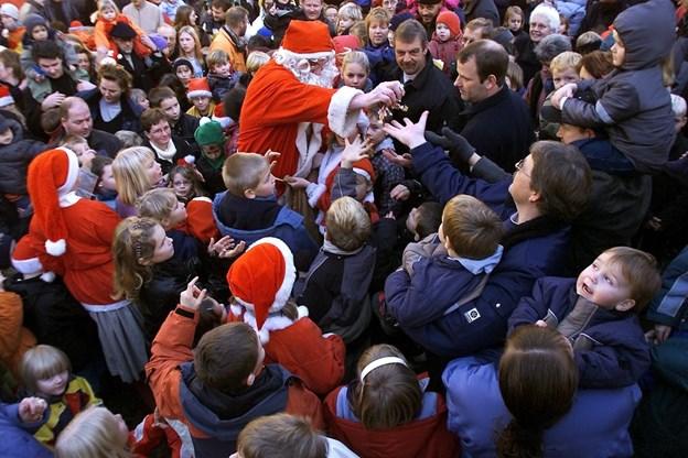Julemanden vækkes hvert år ved denne tid, og en gang kom der - som her for 17 år siden (!!) - rigtig mange mennesker. Var du der? Arkivfoto: Claus Søndberg
