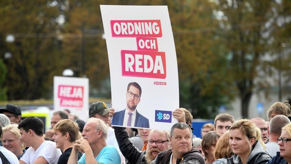 Svenske vælgere lytter til Jimmie Åkesson, der er leder af det indvandringskritiske parti Sverigedemokraterna, ved et valgmøde i Motala torsdag. Foto: TT News Agency/Reuters