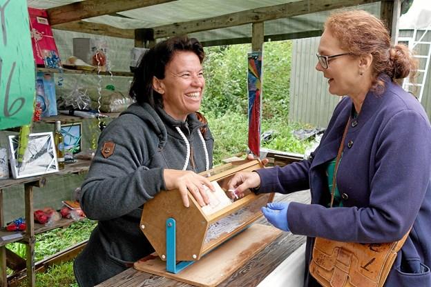 Ulla Pia prøver lykken i tombolaen med de mange flotte gevinster. Desværre trak hun kun nittere. Foto: Niels Helver