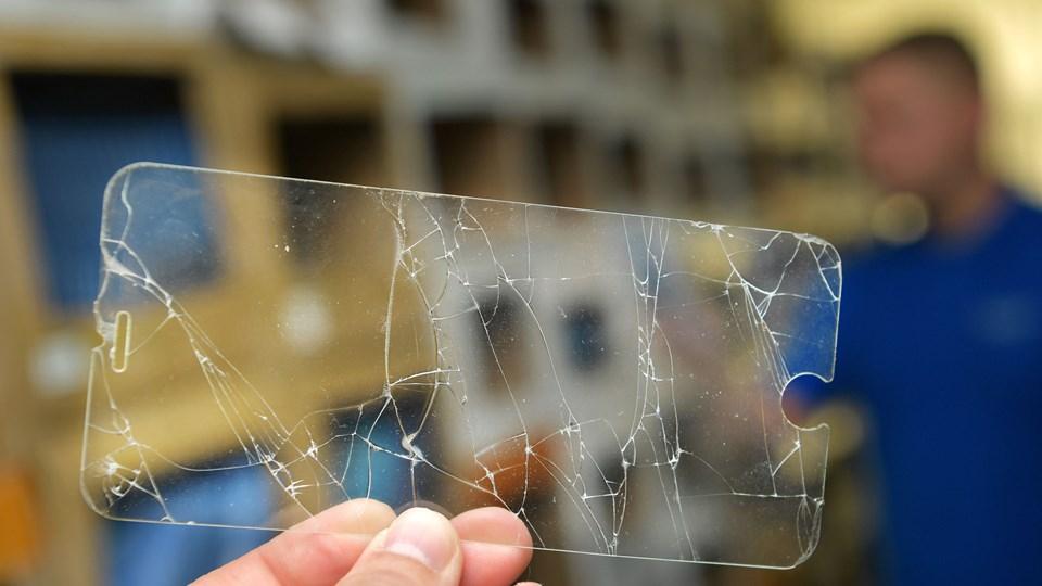 Dette lille stykke gennemsigtige materiale, som er et beskyttelseslag til mobiltelefonskærme, er hele stridens kerne. Foto: Claus Søndberg