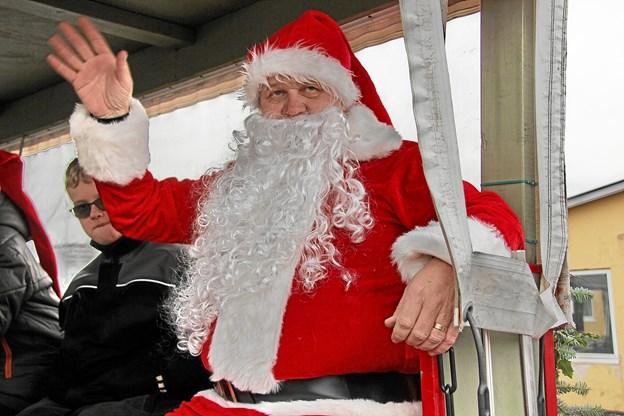 Så er julemanden ombord i hestevognen på vej til Margrethepladsen hvor lyset skal tændes på juletræet. Foto: Hans B. Henriksen Hans B. Henriksen
