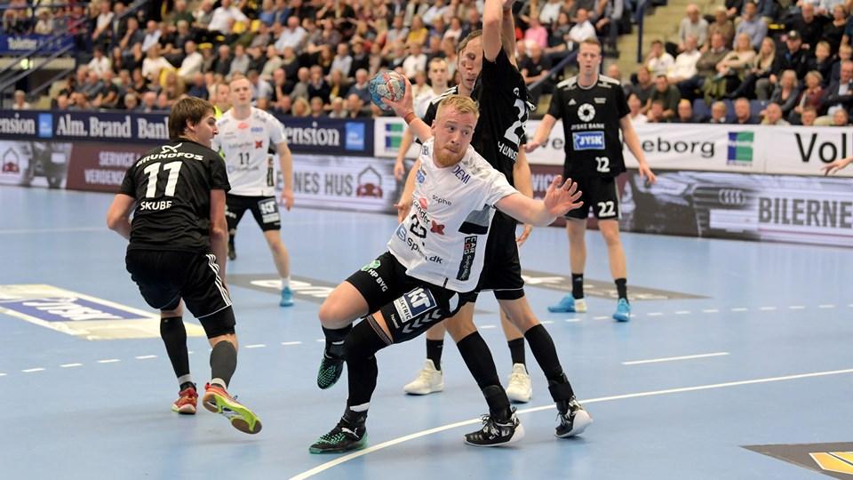 Aalborgs René Antonsen havde mange konfrontationer med BSV-spillerne i 28-29 nederlaget. Foto: Henrik Louis