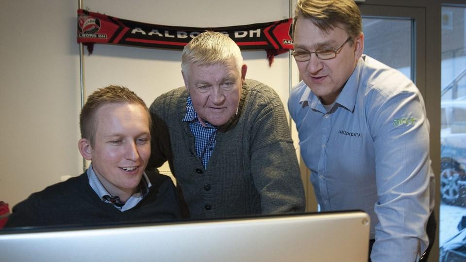Niels Hagen Nielsen (tv) stopper lige efter, at han er startet i Aalborg DH. På billedet er det Bøje Larsen i midten og den anden direktør i klubben Frank Bisgaard Andersen (th). Foto: Grete Dahl.
