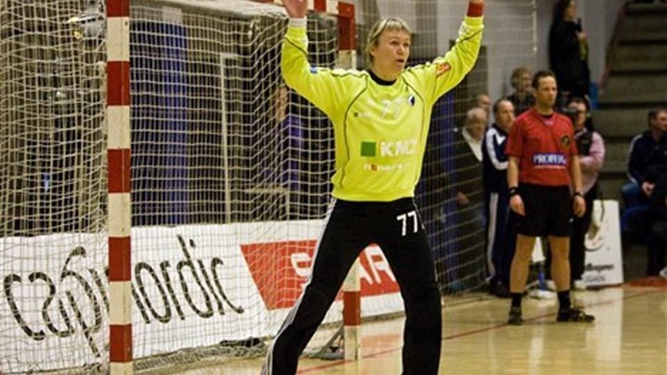 Cecilie Leganger holdt Aalborg DH helt ude af kampen specielt i første halvleg, hvor det kun blev til fire nordjyske scoringer. foto: Scanpix